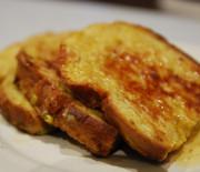 Le pain perdu brioché au beurre de cacao en poudre et au rhum